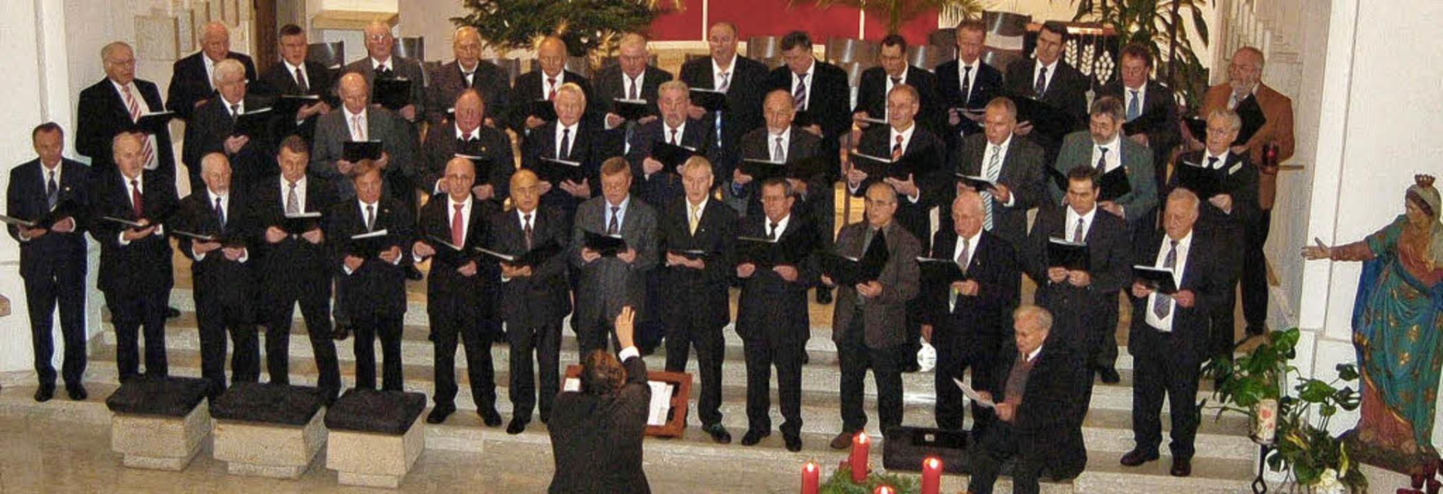 Erhebender  Gesang:  Die  Männerchöre ...konzert  in der Atzenbacher  Kirche.      Foto: Paul  Berger