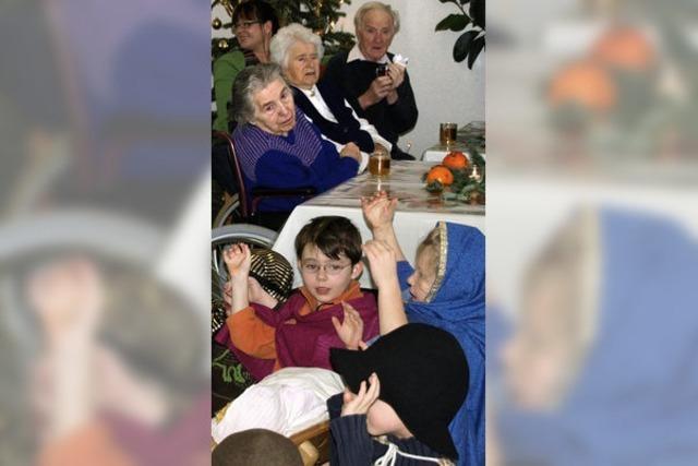 Kinder sangen und spielten für die Senioren
