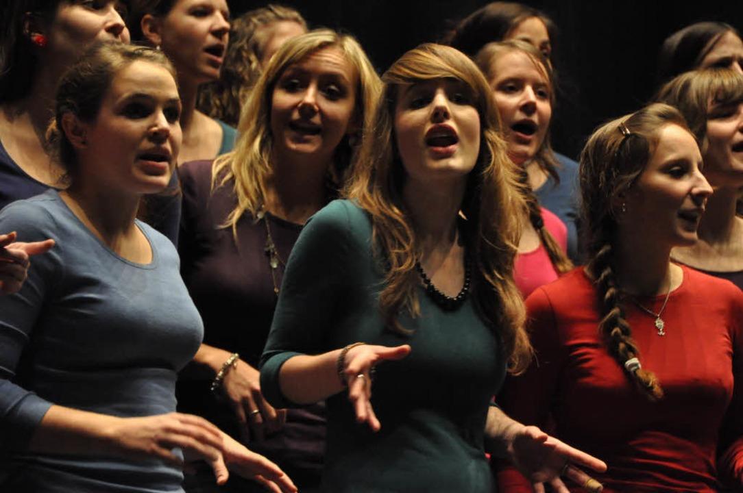 Große Stimmen und große Lieder waren b...htsaktion im Lörracher Burghof zu höre  | Foto: Barbara Ruda
