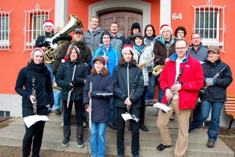 Der Musikverein Kollmarsreute beim Sta...en Ort, um Weihnachtsweisen zu spielen  | Foto: Sylvia-Karina Jahn