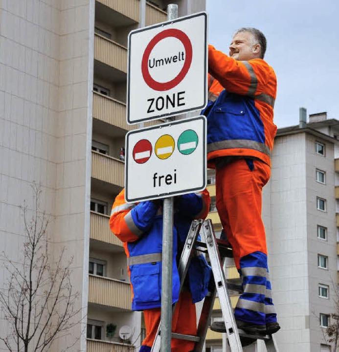 Die Schilder werden aufgestellt, ab 1....roße Teile Freiburgs eine Umweltzone.   | Foto: Bamberger
