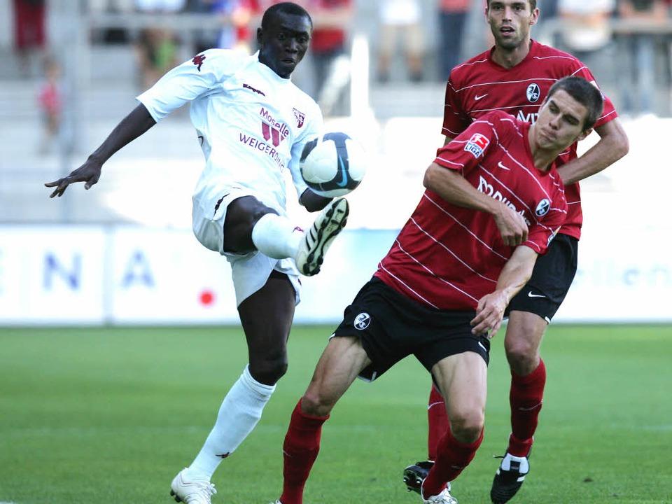 Juli 2009: Pappis Demba Cissé (links) ...gen den SC Freiburg im Dreisamstadion.  | Foto: m schön