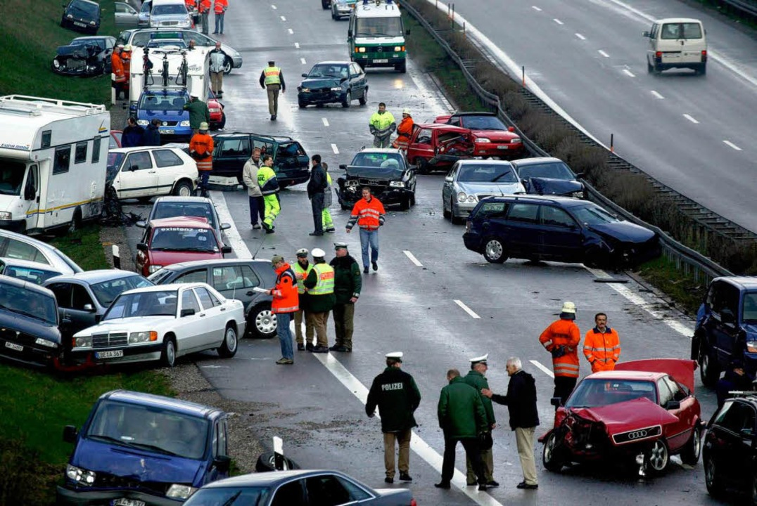April 2004:  Autos und zwei Motorräder...n getötet, 26 Menschen verletzen sich.  | Foto: Johannes Simon
