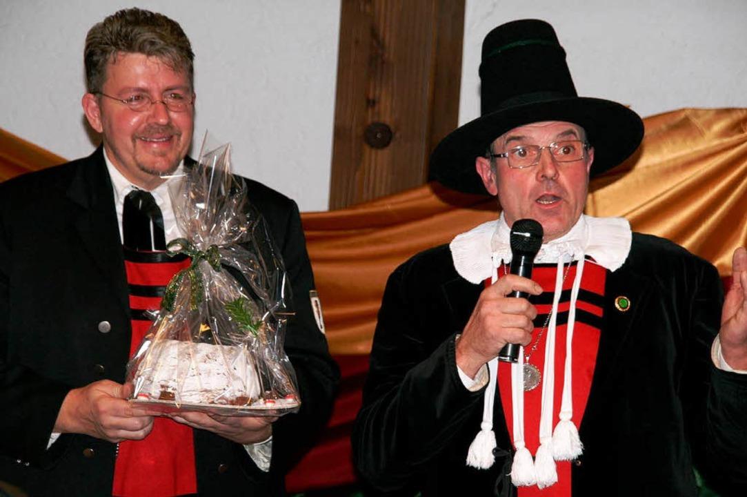 Gerhard Neugebauer (rechts) überbracht...ie besten Wünsche und einen Gugelhupf.