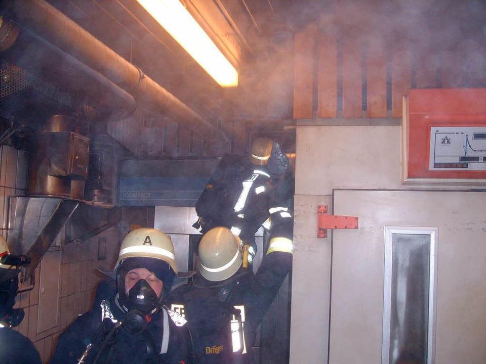 Zu einem Brand in der Bäckerei Jost mu...r in der Nacht zum Dienstag ausrücken.    Foto: Konrad Benitz