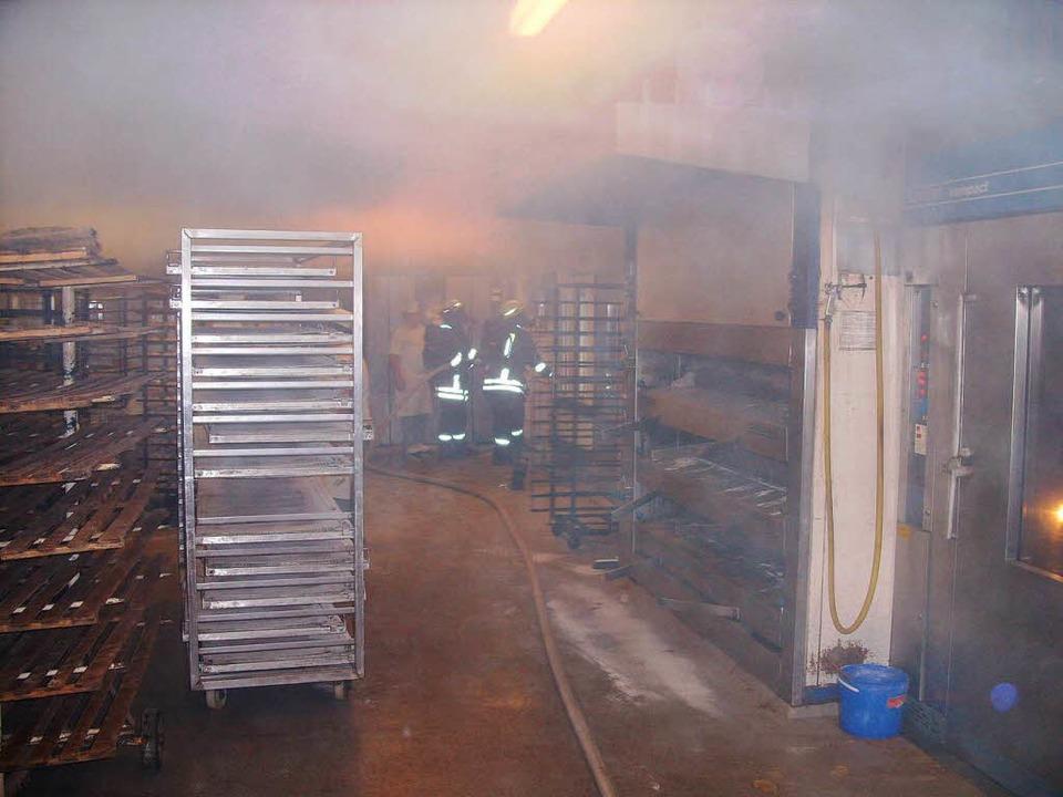 Mit Atemschutz drangen die Feuerwehrmänner in die verrauchte Backstube ein.    Foto: Konrad Benitz