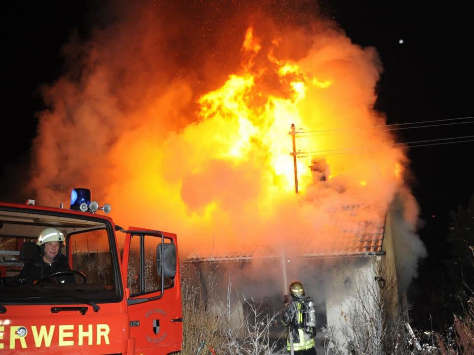 Die Rettungsarbeiten der Feuerwehr in ... worden. Ein Mann starb bei dem Brand.    Foto: dpa