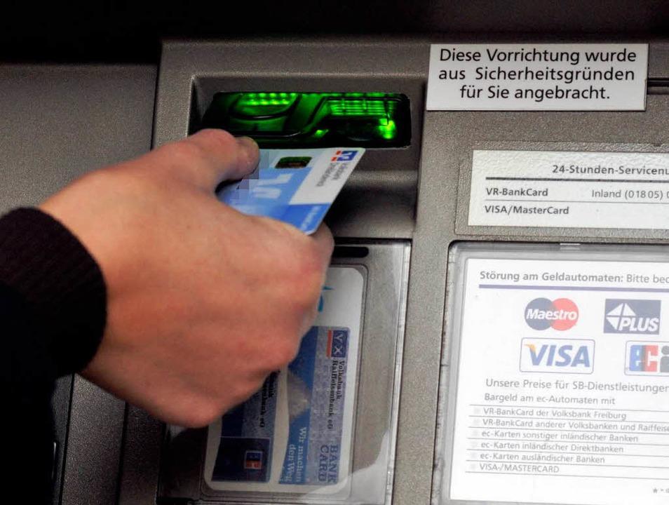 Gibt es Geld oder nicht? Für die Besit... nicht, weil der Dispo ausgereizt ist.  | Foto: Ingo Schneider