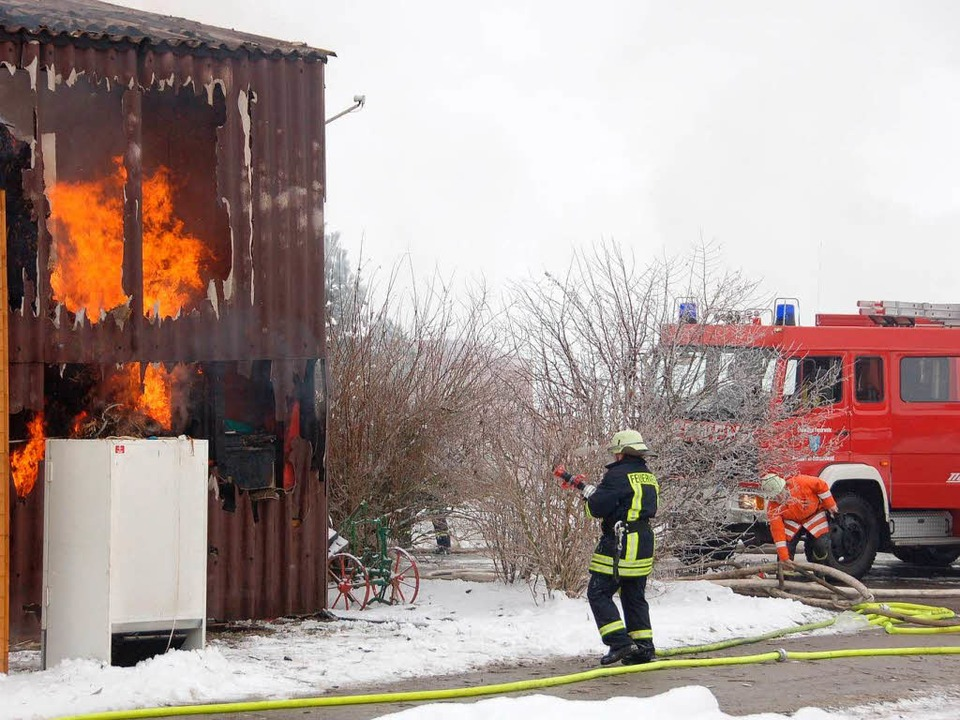 Das Stoh- und Heulager auf der Dusty-Rose-Ranch stand in Flammen.  | Foto: Juliane Kühnemund