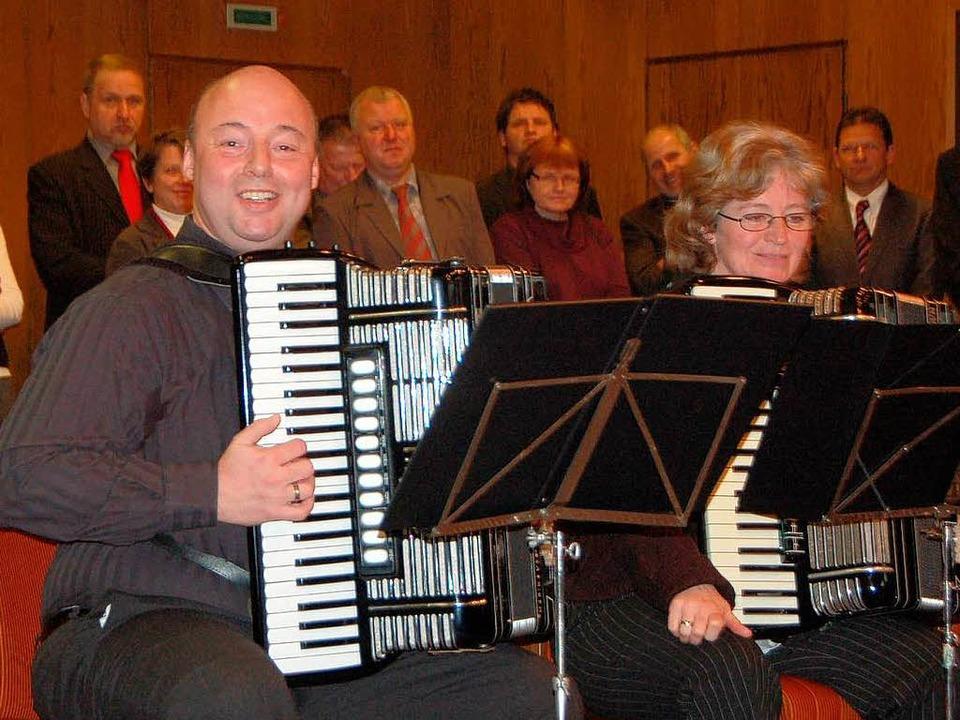 Gute Laune verbreiteten Hans-Peter Ihr...er vom Handharmonikaclub Ehrenstetten.  | Foto: Andrea Gallien