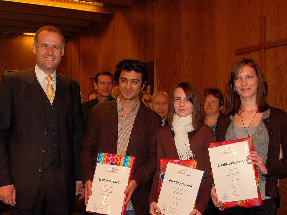 Geehrte Sportler (v. rechts): Franzisk...atyar   und Bürgermeister Thomas Breig  | Foto: Andrea Gallien
