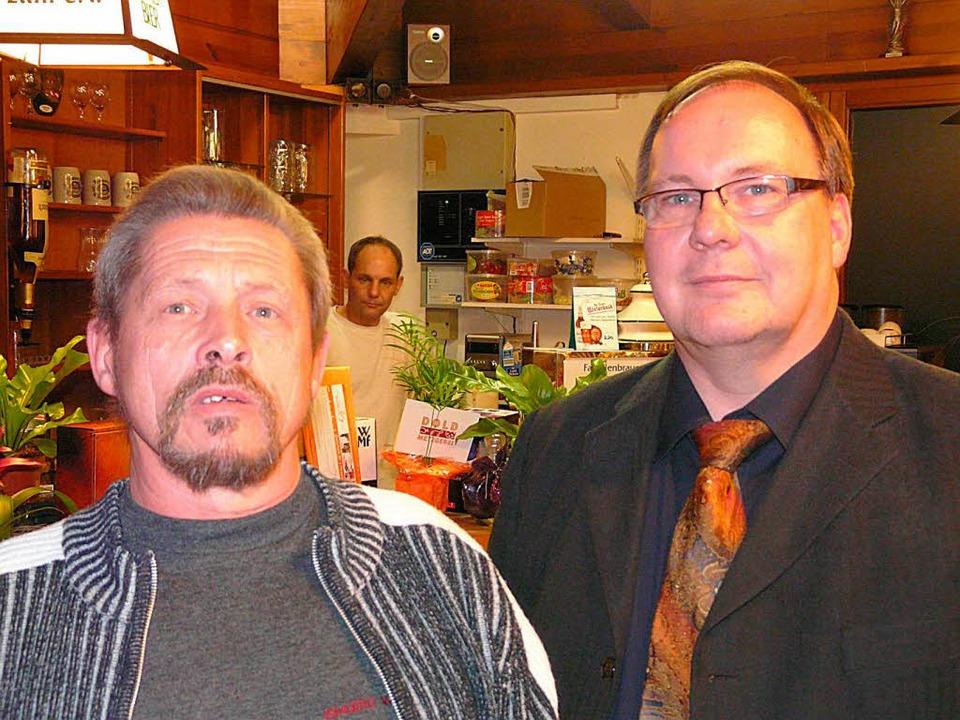 Udo Döbler (links) wurde vom Vorsitzen...mitglied der Spielvereinigung ernannt.  | Foto: Reiner Beschorner