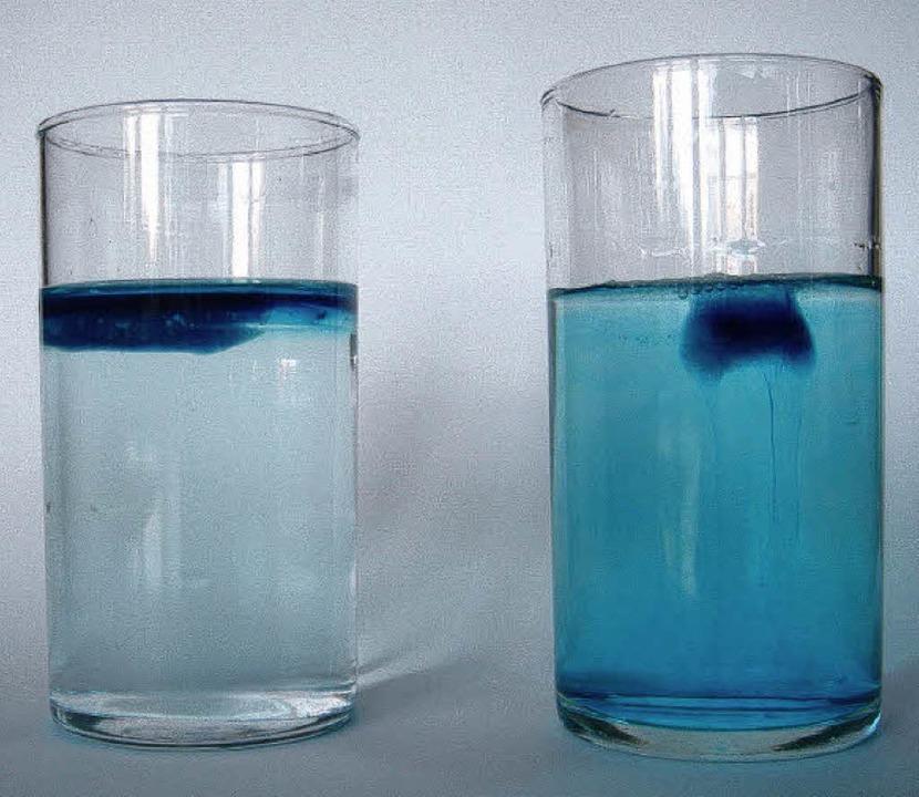 Im linken Glas schwimmt der blaue Eismatsch  oben.  | Foto: Helga Lorenz