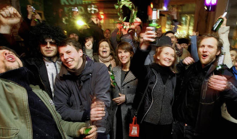 Christine Ebeling  (zweite  von rechts...ne Gemeinschaftsleistung der Künstler.  | Foto: dpa