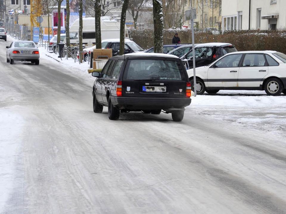 Keine Spur von Winterdienst: Hier im Freiburger Sandfangweg.  | Foto: Michael Bamberger