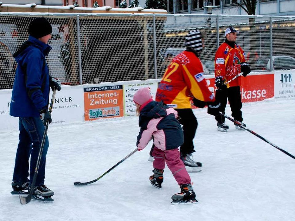 Die Wölfe Freiburg boten Kindern ein Schnuppertraining auf der Eisbahn  | Foto: Sylvia-Karina Jahn