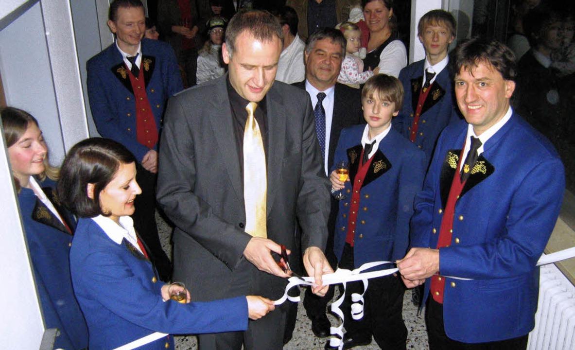 Band durchschnitten: Bürgermeister Tho...V-Vorsitzendem Günter Andris (rechts).    Foto: Anne Freyer