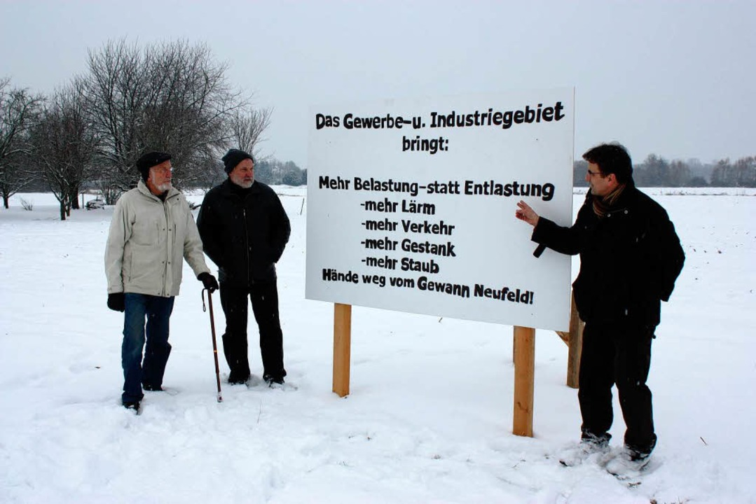 "Hubert Heidiri (rechts),  Adalbert Fal...;Hände weg vom Gewann Neufeld"".   | Foto: Schmidt"