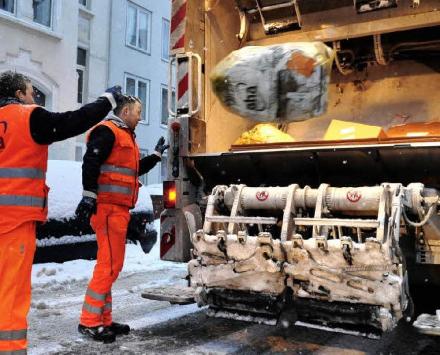 Die Leistung der Müllmänner ist im Lan...Jahren  zum  gleichen Preis zu haben.   | Foto: dpa