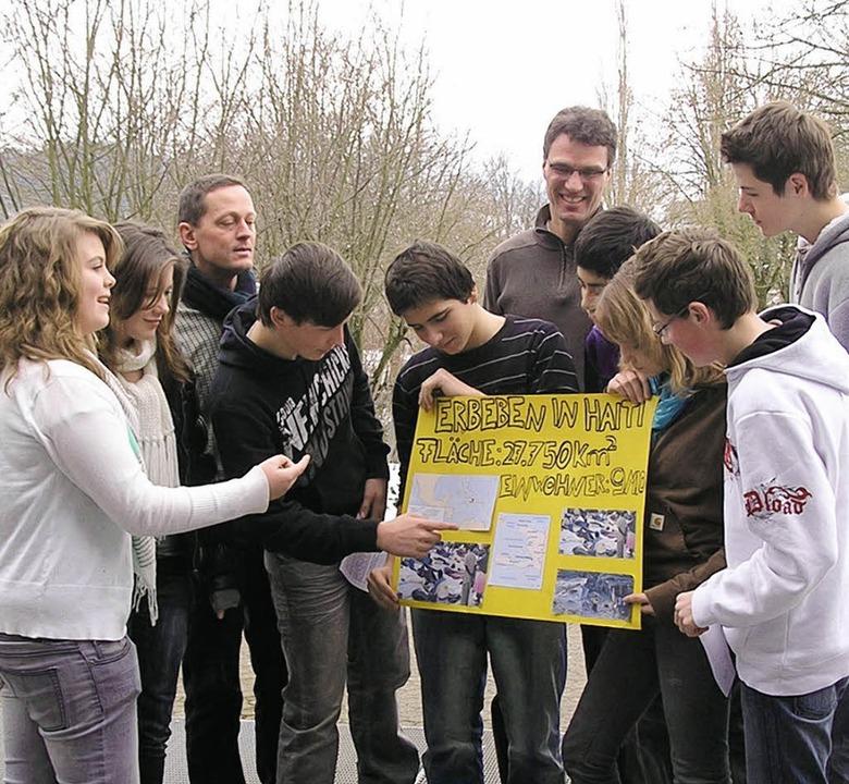Die Schüler der Klasse 9b   der Realsc...ne für Erdbebenopfer in Haiti sammeln.    Foto: lang
