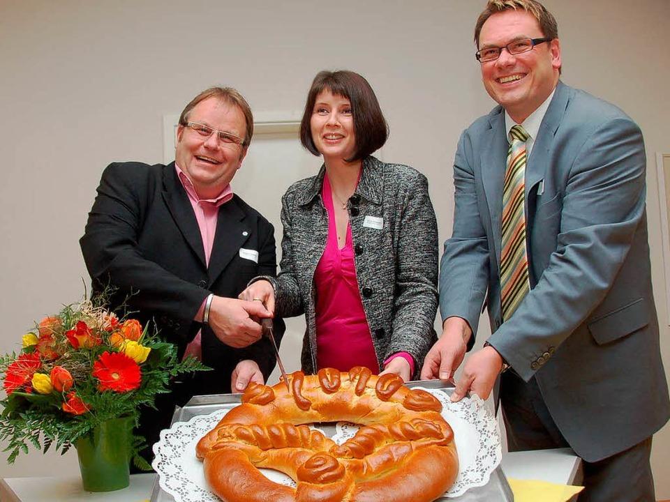 Wolfgang Riesterer (links) und Heiko S...Schönberger beim Anschnitt der Brezel.  | Foto: Marlkus Donner