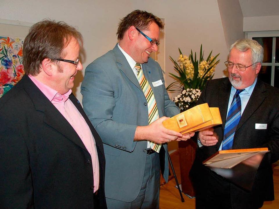 Wolfgang Riesterer und sein Stellvertr... um den Gewerbeverein Breisgau (v.l.).  | Foto: Markus Donner