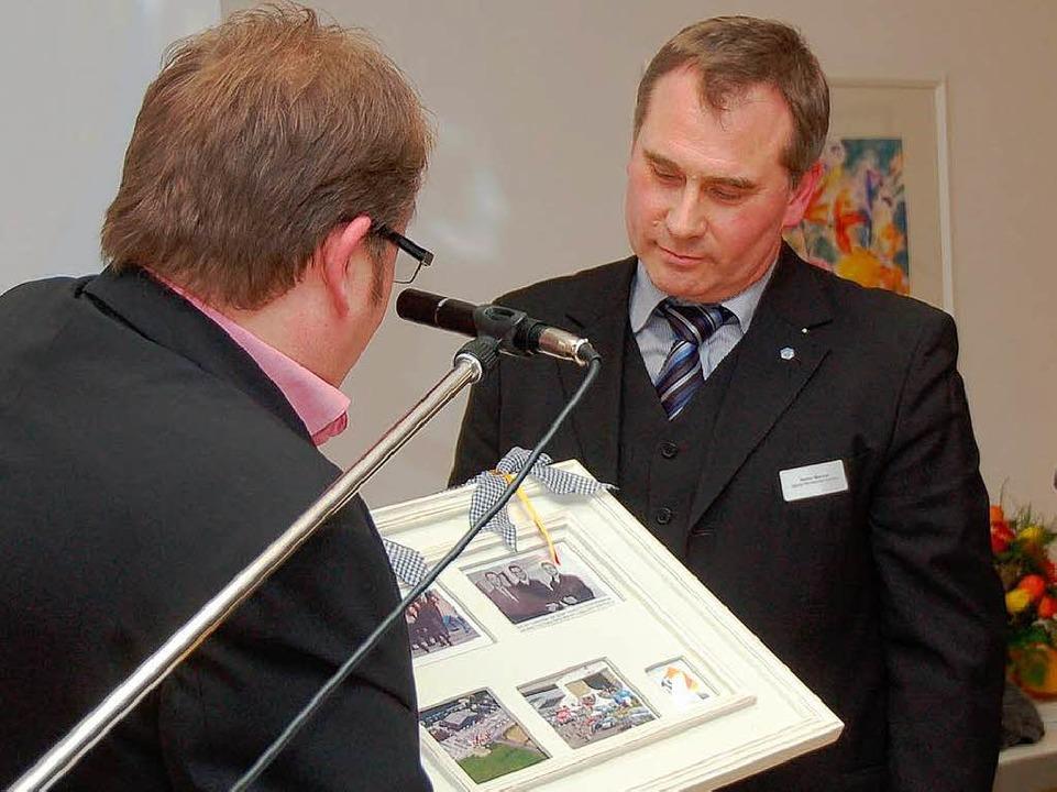 Wolfgang Riesterer (links) ehrt Stefan Marcial.  | Foto: Markus Donner