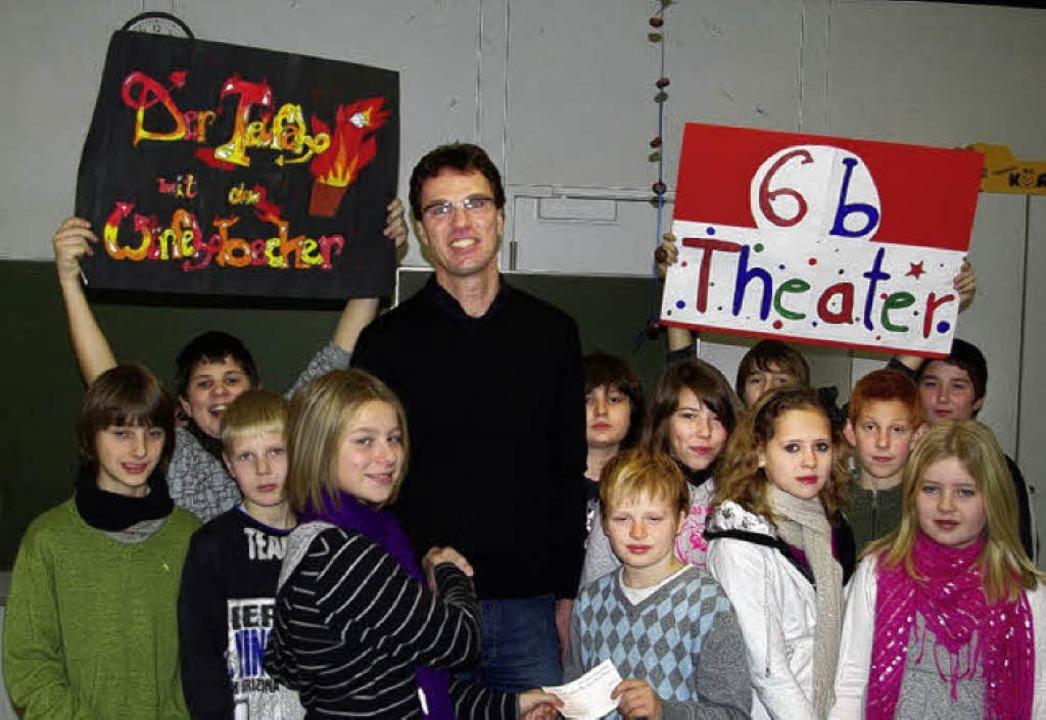 Schüler der Klasse 6b übergaben Rektor...zel das Geld für das Schulhofprojekt.     Foto: dominik kleine