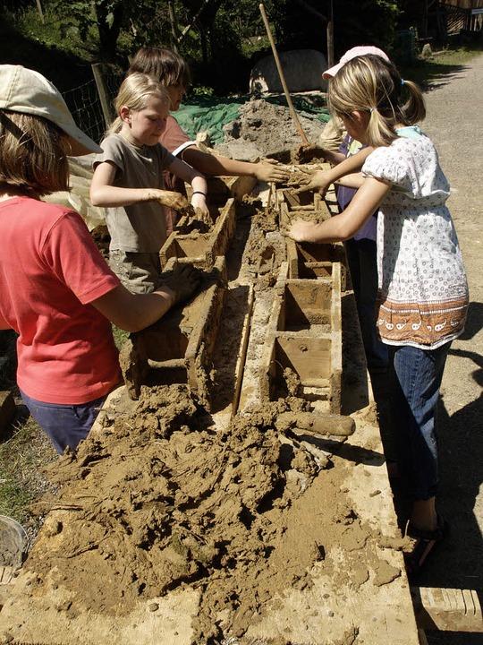 Eine andere Art von Unterricht: Waldorfschüler beim Bauen.   | Foto: PRIVAT