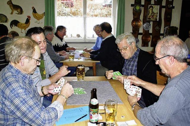 40 Jassfreunde dreschen mit viel Freude Karten