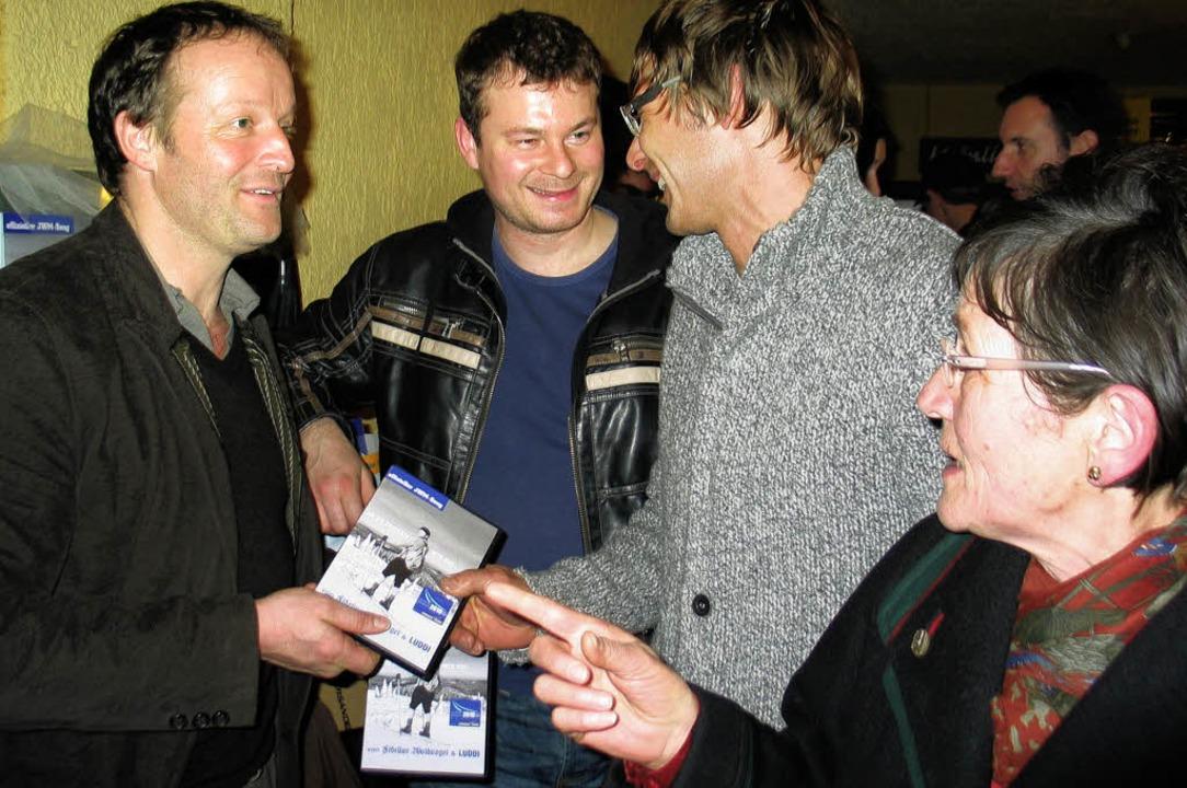 Martin Wangler und Dirk Weiler (Mitte) überreichen jedem Mitwirkenden eine DVD.   | Foto: eva weise