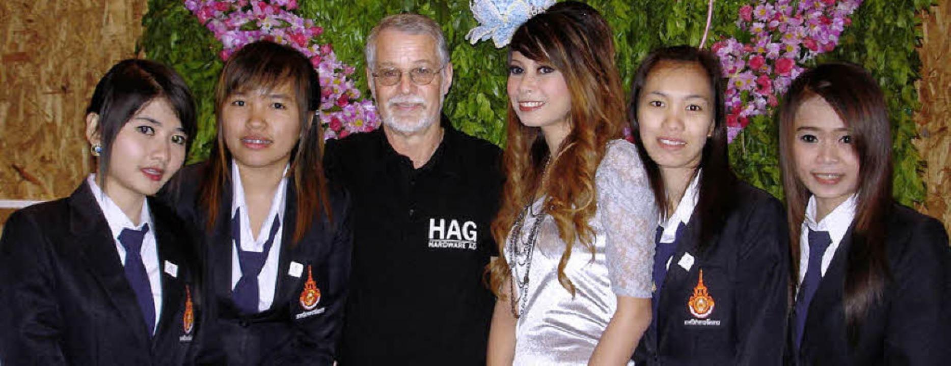 HAG-Leiter Winfried Sturm mit thailändischen Studentinnen     Foto: PRivat