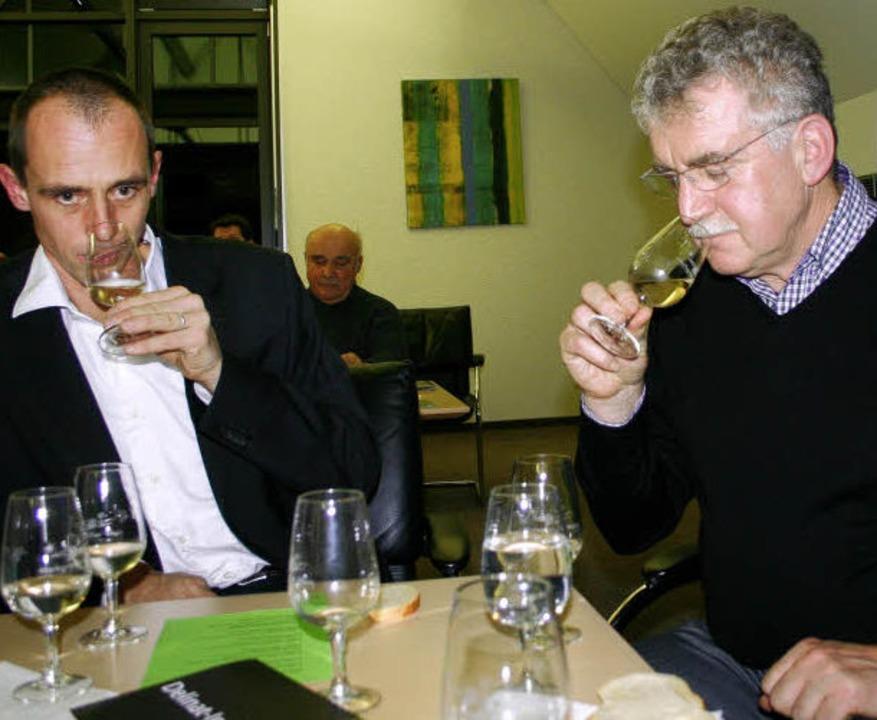 Zwei konzentrierte Genießer bei der We...illi und Referent Hans-Peter Schmidt    | Foto: Sabine Model