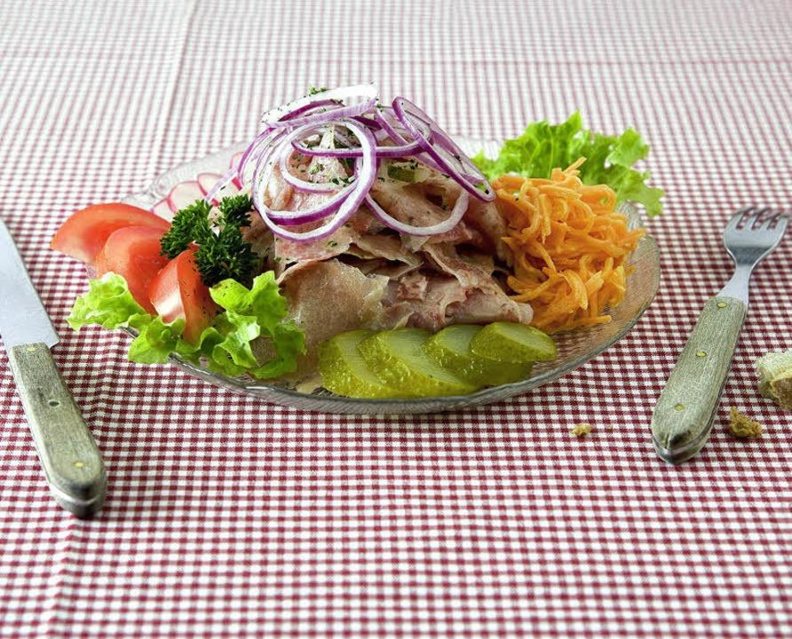 Essiggurken und Zwiebeln geben dem Ochsenmaulsalat den Pfiff.  | Foto: Michael Wissing