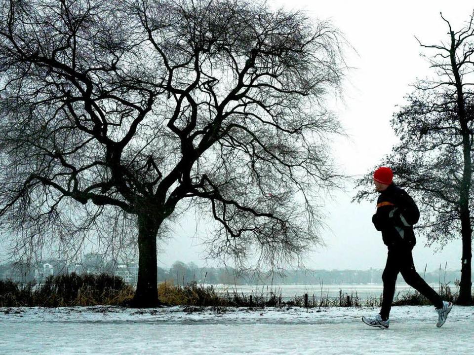 Vor dem Joggen sollten die Muskeln gut gedehnt werden – gerade im Winter.  | Foto: dpa