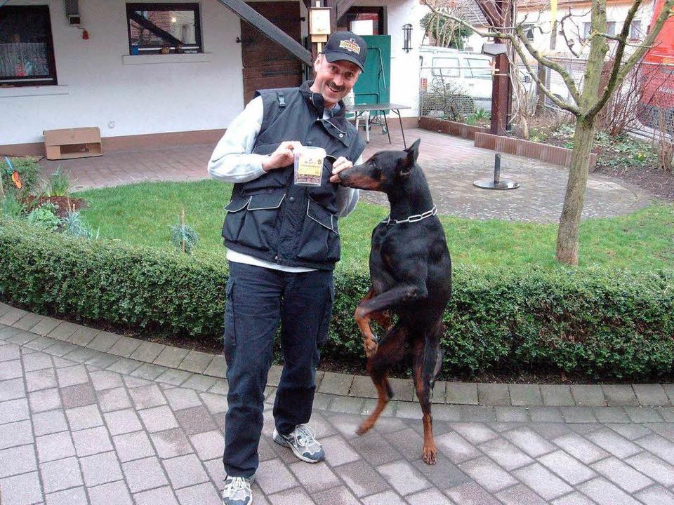 Prontos Jagdtrieb richtet sich auf Leckerlis von seinem Herrchen Günther Kern.  | Foto: privat
