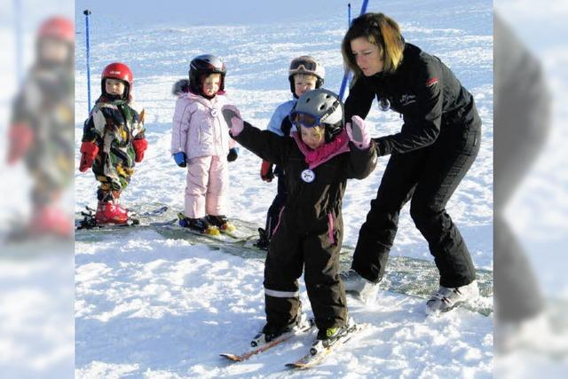 Kinder kurvten auf Carving-Skiern