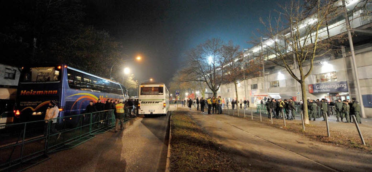 Direkt vorm Stadion waren die Busse der Fans konzentriert.  | Foto: Patrick Seeger