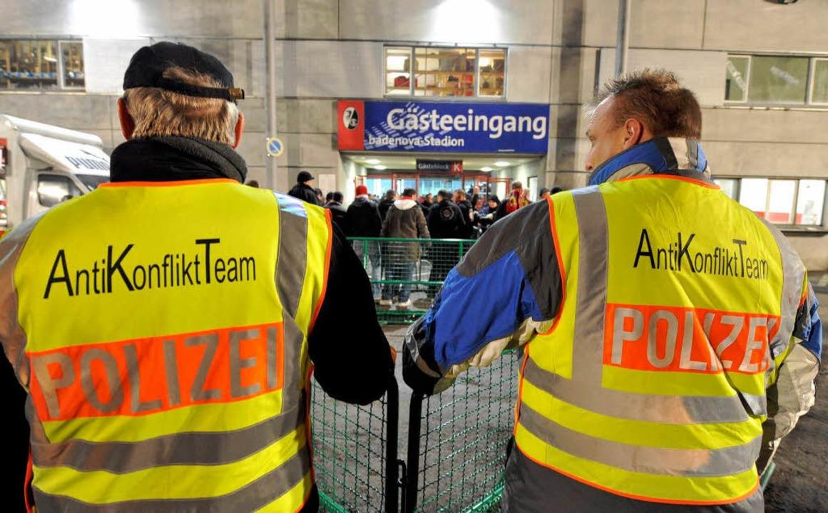 Im Einsatz beim Landesderby: Das Anti-Konflikt-Team der Polizei.  | Foto: Patrick Seeger
