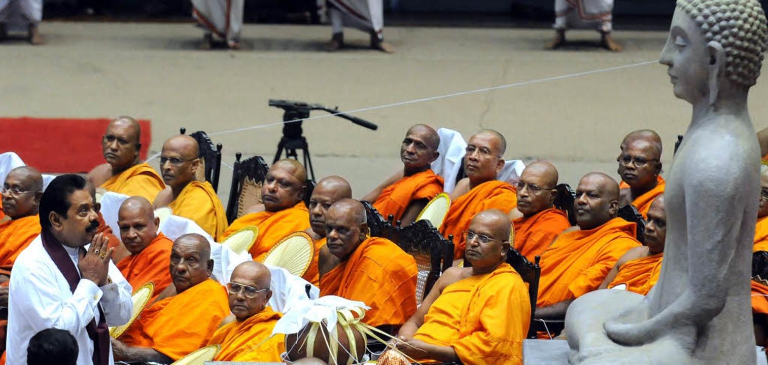 Sri Lankas Präsident  Mahinda Rajapaks... von buddhistischen  Mönchen segnen.    | Foto: AFP