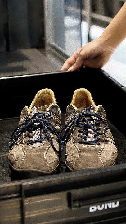 Schuhe werden an einem Flughafen durchleuchtet.     Foto: DPA