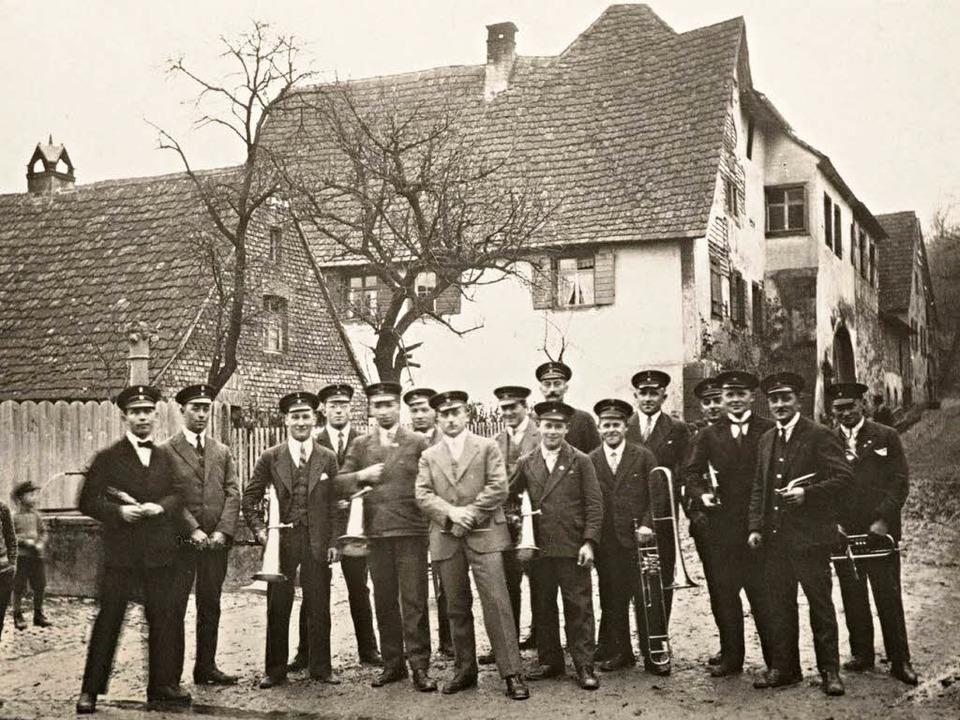 Der Bischoffinger Musikverein in den 1920er Jahren in Leiselheim.    Foto: privat