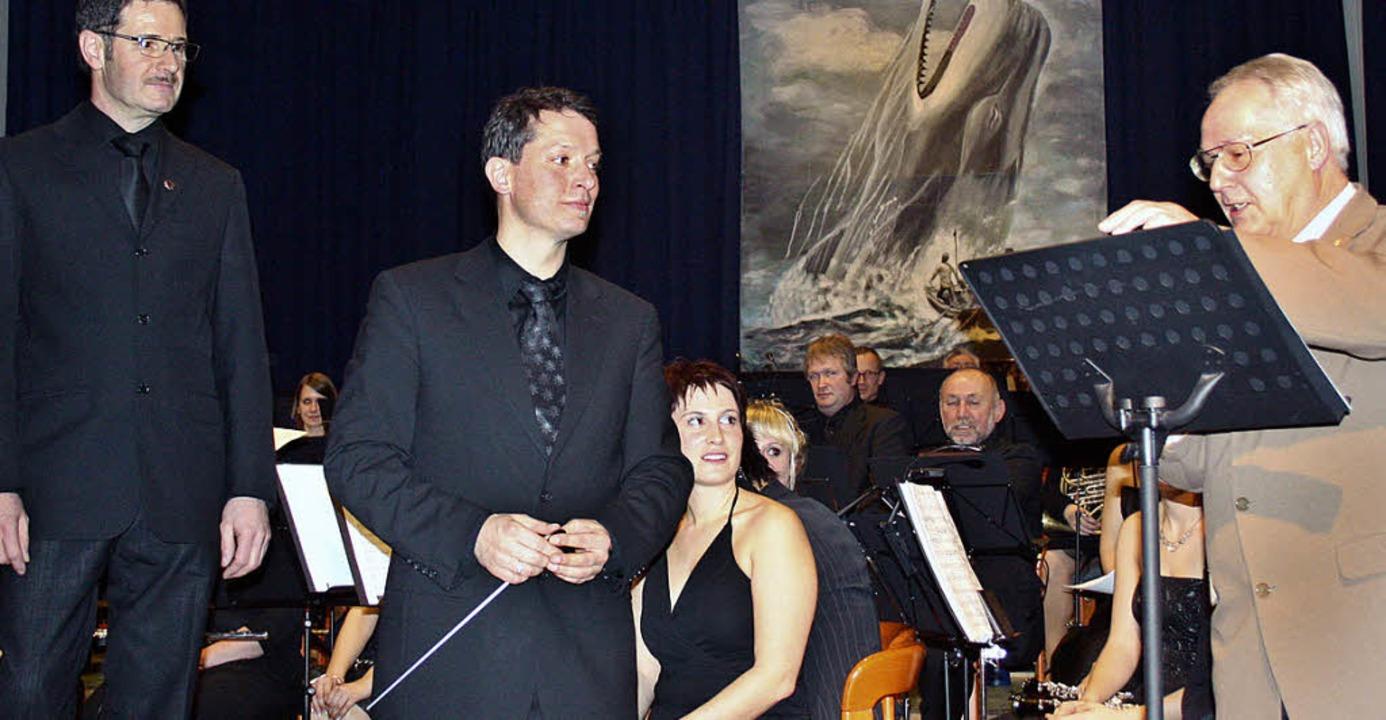 Verbandspräsident Helmut Steinmann (re...n langjährigen Musiker Manfred Braun.   | Foto: Walter Bronner