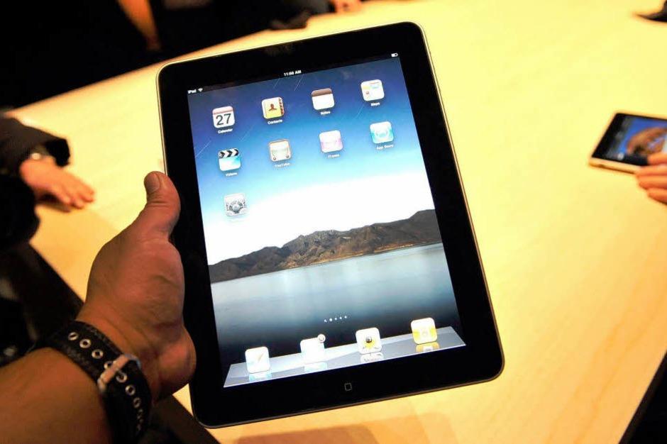 9,7 Zoll (25 Zentimeter), 1GHz Prozessor und 16GB Flash Festplatte - das sind die Daten des iPads (Foto: dpa)