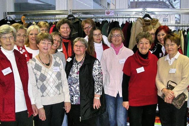 Viele helfen im Kleiderladen