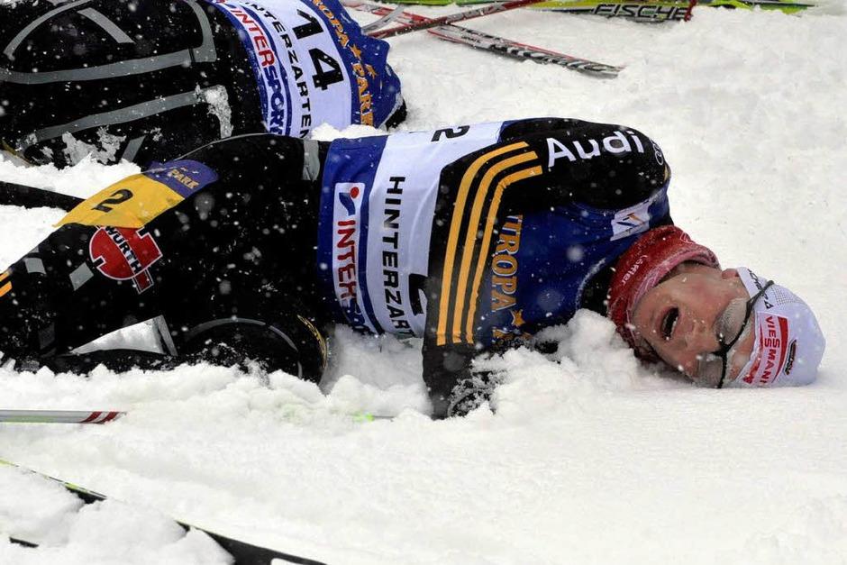 Verausgabt: Johannes Rydzek (hinten, Platz 4) und Johannes Firn (Platz 6) Im Ziel der 10  Kilometer der  Nordischen Kombinierer (Foto: Patrick Seeger)
