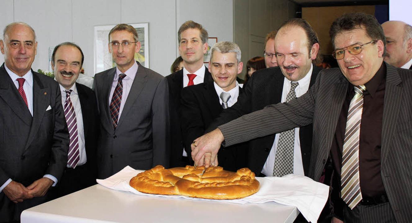 Beim Neujahrsempfang der  CDU  schnitt...Hauri (verdeckt) von der Firma Hauri    | Foto: Barbara Schmidt