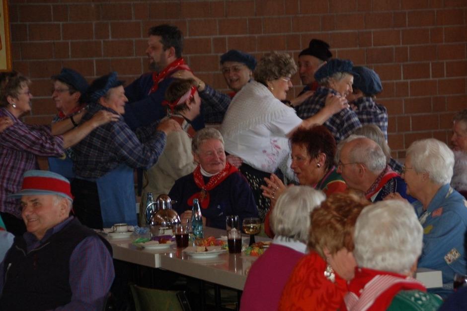 Hochstimmung herrschte bei der Seniorenfasnet im Paulinerheim. Auch Bürgermeister Scharf reihte sich in die Polonaise ein. (Foto: Juliane Kühnemund)