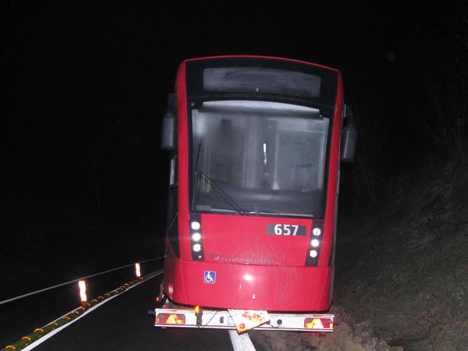 Ein mit einer Straßenbahn beladener Sc...und Rheinfelden-Mitte gesperrt werden.  | Foto: Polizei