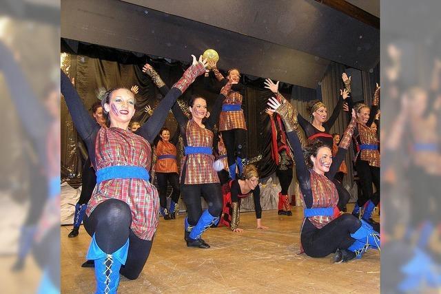 Ein Dorf steht im Zeichen gekonnter Tanzschritte